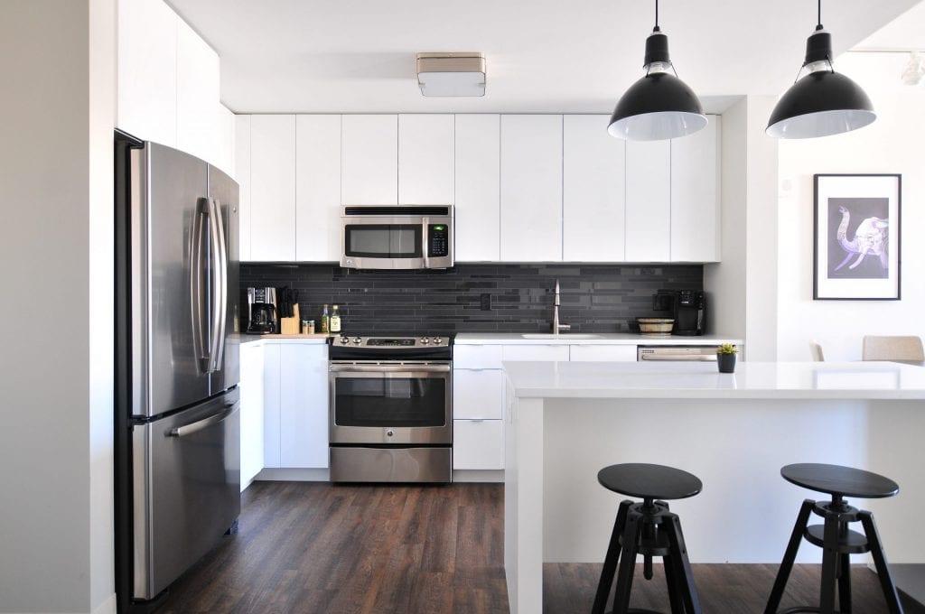 Imagem mostra a cozinha de uma casa com eletrodomésticos